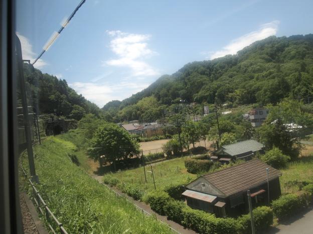高尾山口駅行きの電車の中から撮影した高尾山口駅の景色