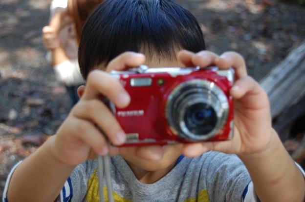 写真を撮影する子供