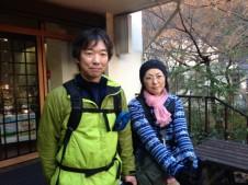 高尾山ハイキングを楽しむ山カップル